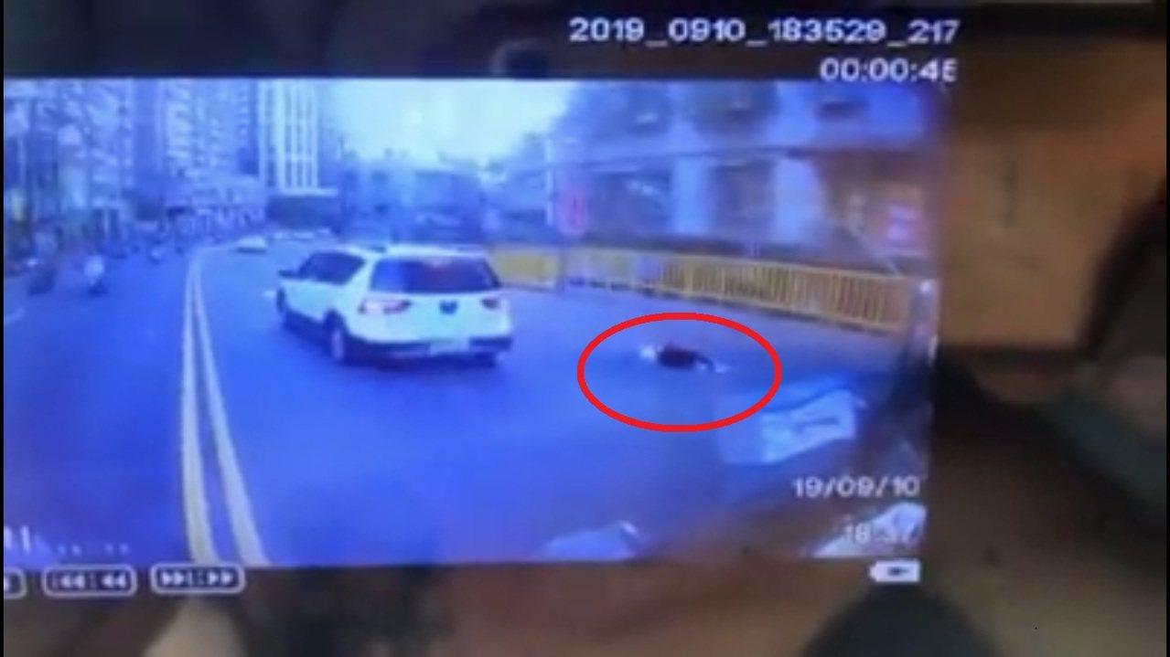 蔡女慘遭劉男開車拖行後摔倒在地,路過熱心民眾見狀報警處理。記者柯毓庭/翻攝自臉書