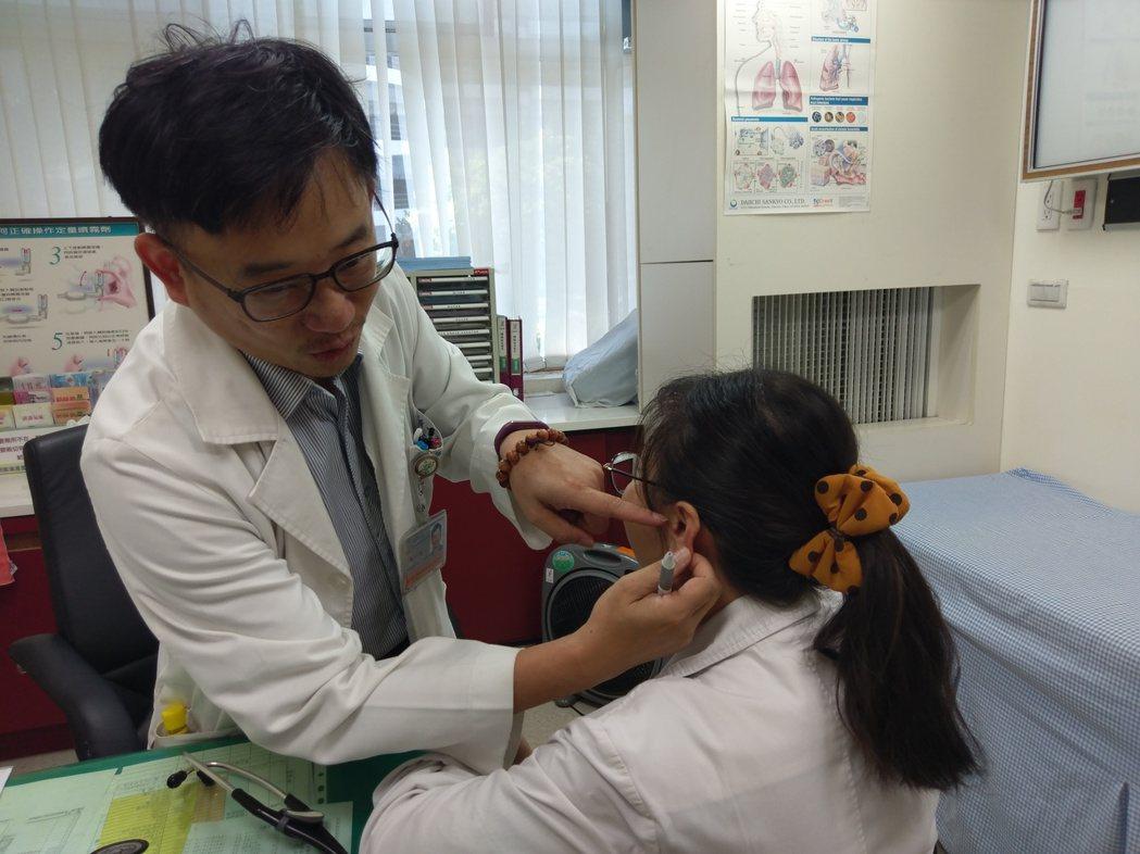 豐原醫院耳鼻喉科醫師張煜謙表示,伸手掏耳朵的過程中出現咳嗽,主要是掏耳朵的過程中...