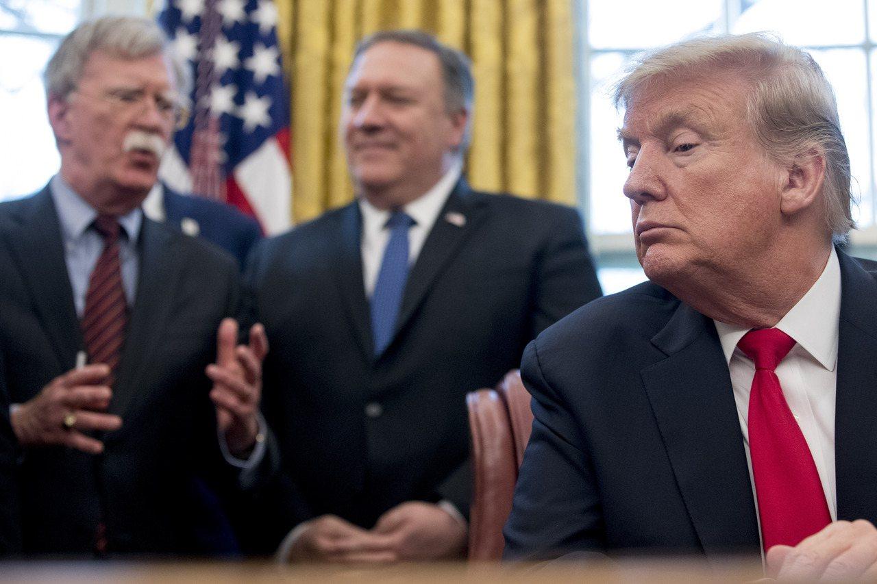 美國總統川普(右)10日推文宣布開除國安顧問波頓(左)。圖為波頓與國務卿龐培歐(...