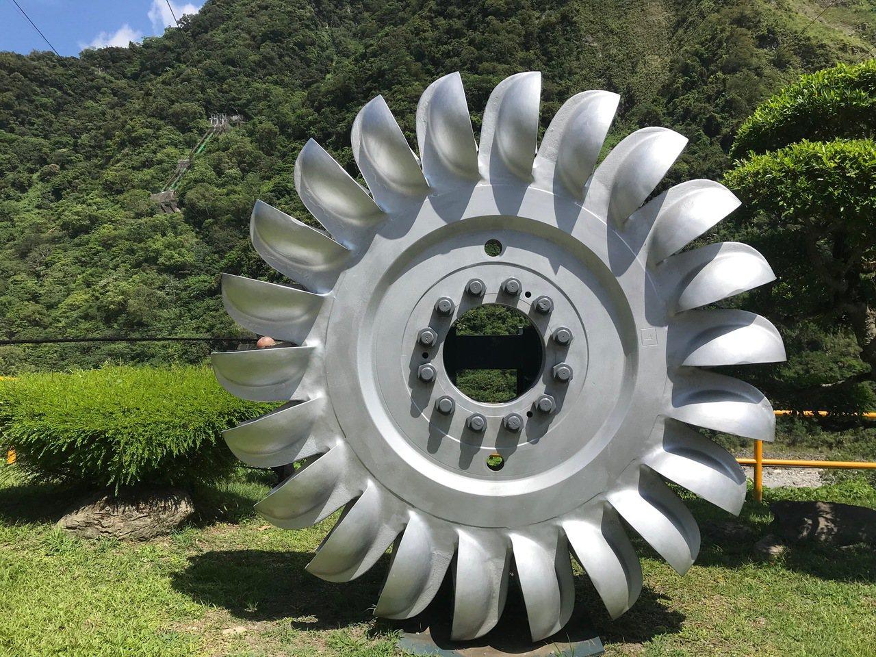 東部水力發電廠的「佩爾頓式水輪機」,運用水流衝擊水斗帶動發電機旋轉發電,每小時可...