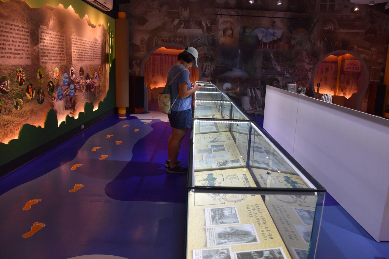 木瓜溪文物生態故事館保存發電廠歷史,吸引民眾閱覽。記者王思慧/攝影