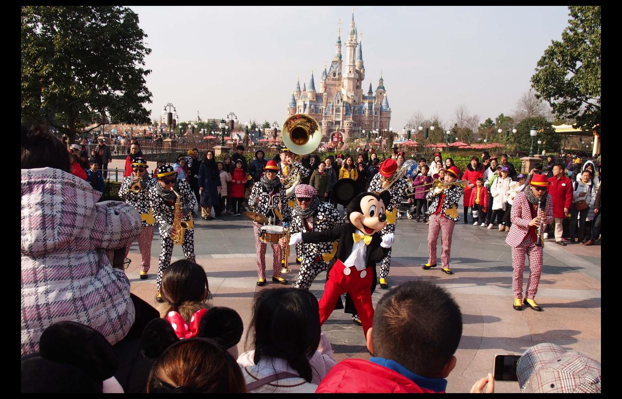 迫於輿論壓力,上海迪士尼終於修改規定,同意遊客可攜帶食品和飲料入園。(新華社)