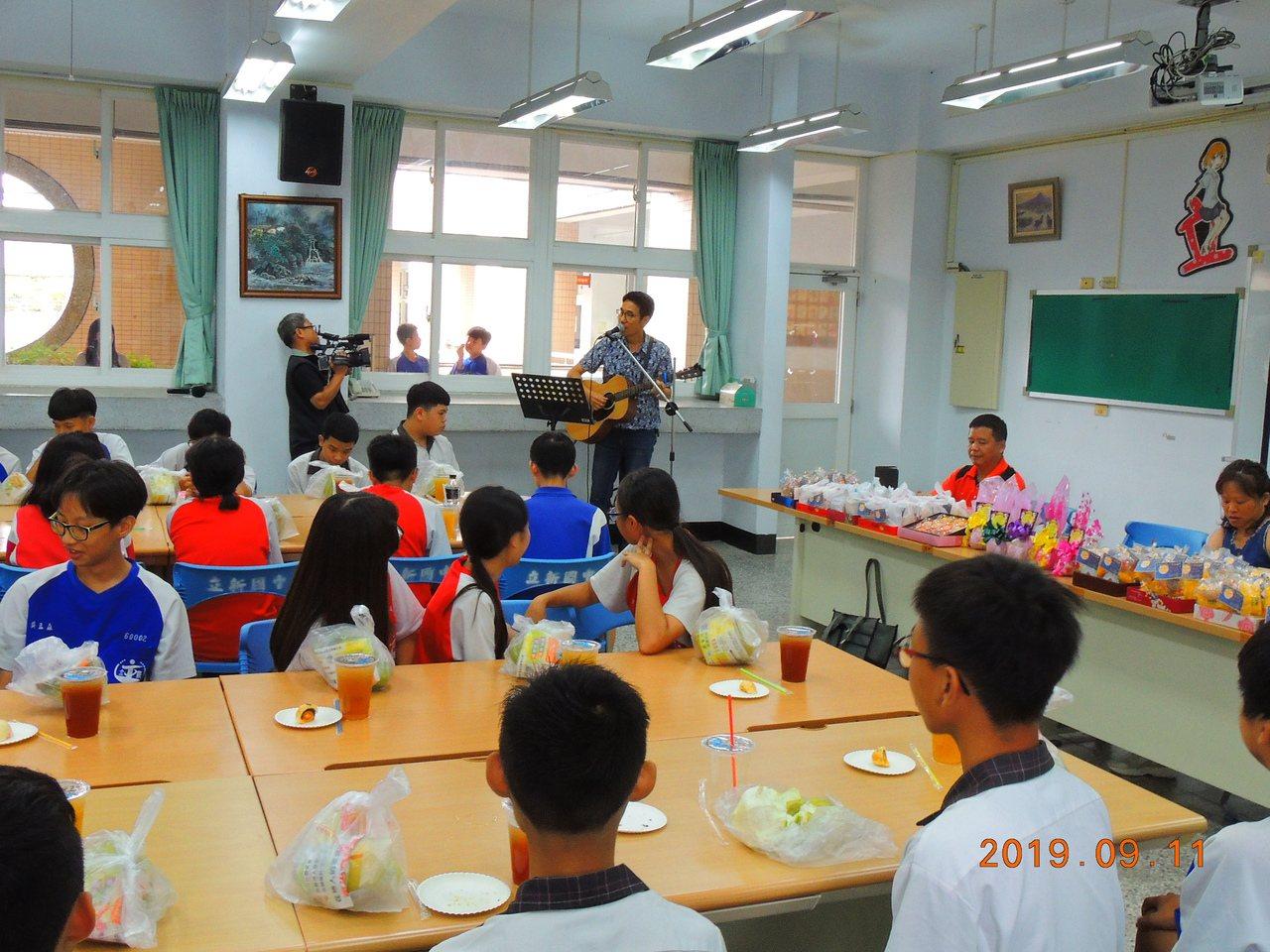 台中市大里區立新國中校長張嘉亨中秋節前,以彈吉他、請學生吃月餅的方式和學生們提前...