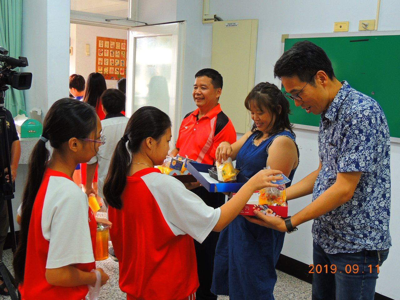 台中市大里區立新國中校長張嘉亨(右)中秋節前,以彈吉他、請學生吃月餅的方式和學生...
