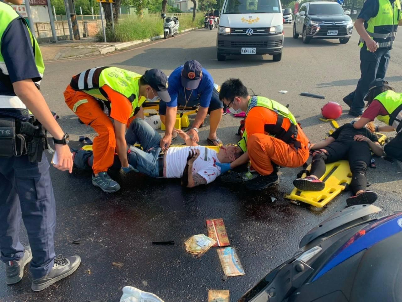 苗栗市經國路、新東街口今天上午發生2輛機車相撞車禍,2人受傷送醫,現場散落碎片。...
