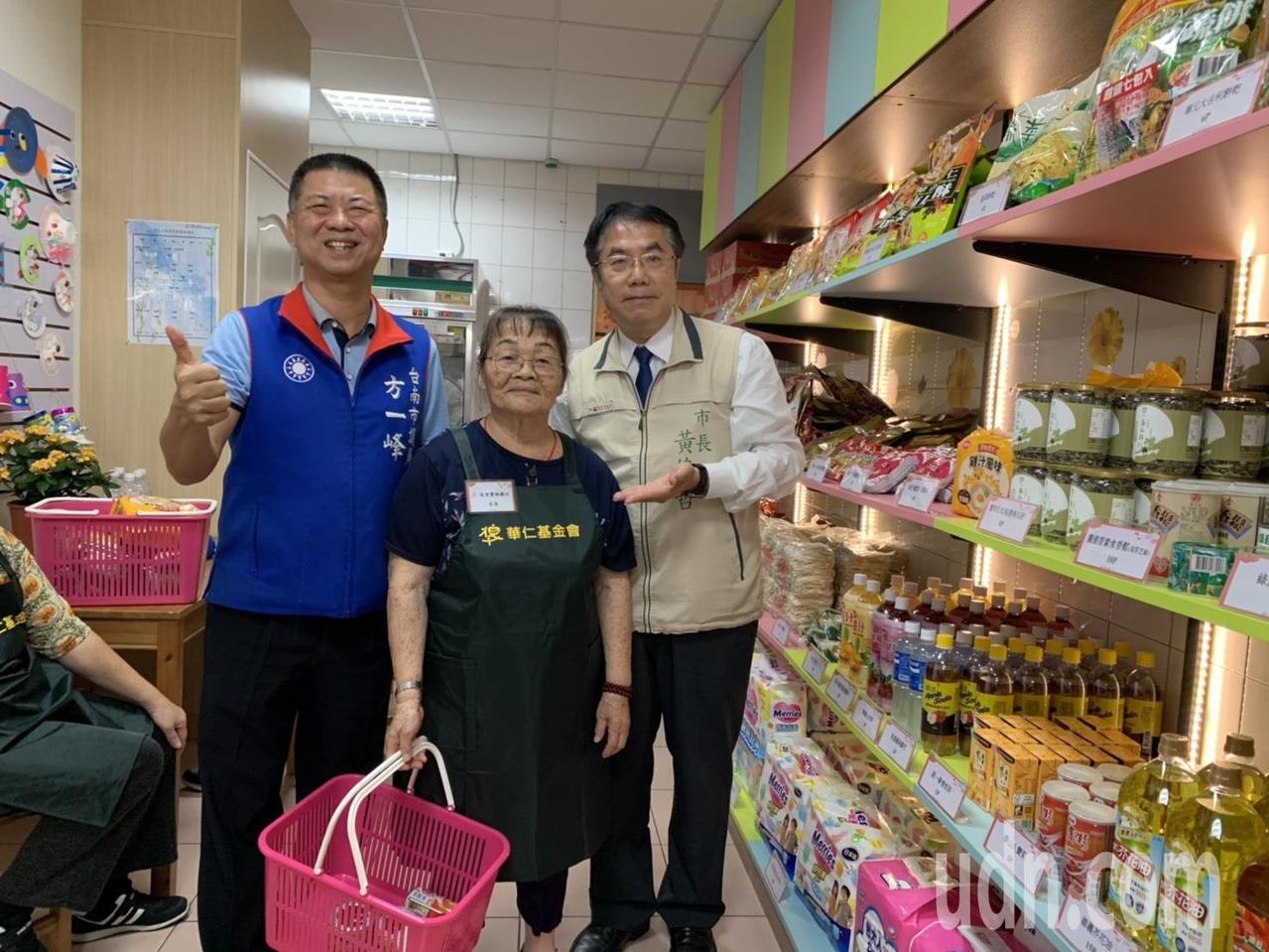台南市首家實物銀行實體店面今在佳里開幕,市長黃偉哲(右)與失智長輩店長一起加油。...