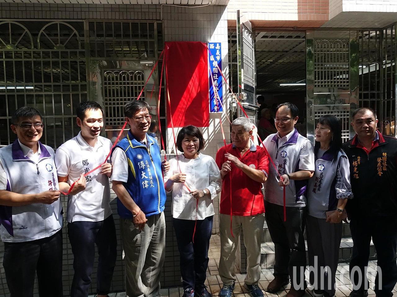 嘉義市長黃敏惠(中)等人今天上午在經國新城L社區中庭舉行「花甲食堂--作伙呷百二...