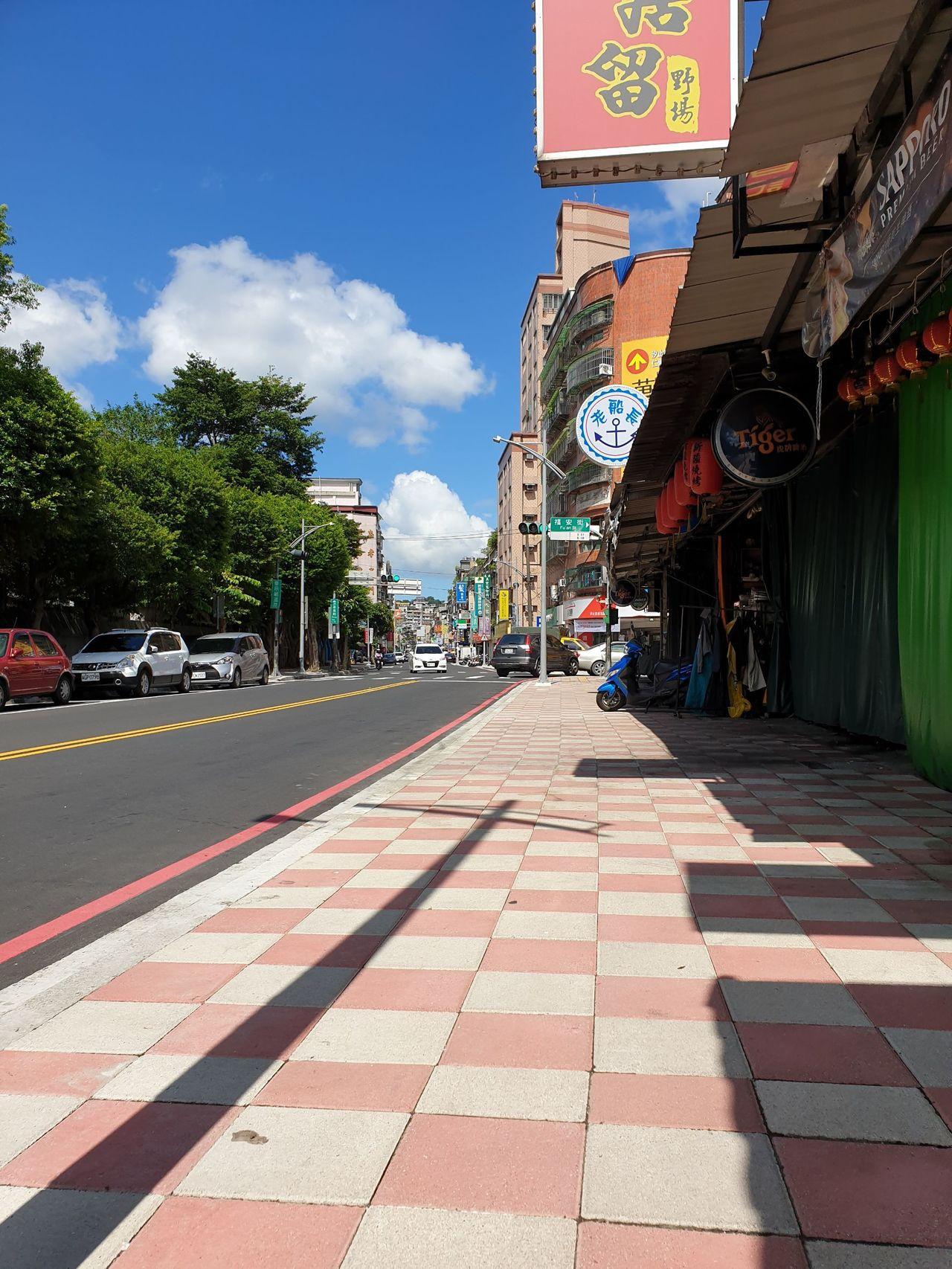忠孝東路、秀峰高中對面新做的人行道路,因磚頭不平,有民眾行經此處踢到磚頭,慘摔造...