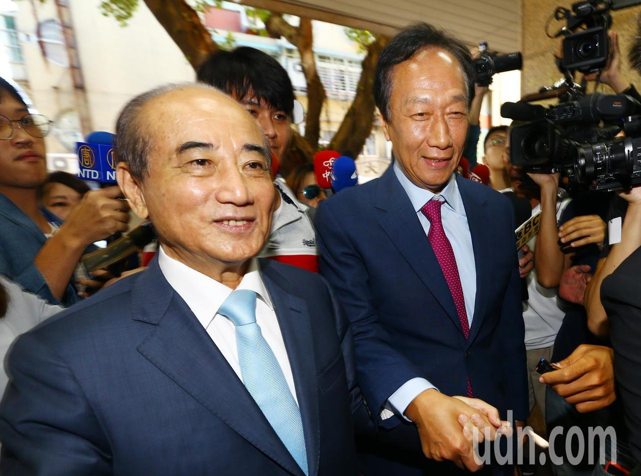 鴻海創辦人郭台銘(右)今天拜會立法院前院長王金平(左),王拉著郭的手一路走進立法...