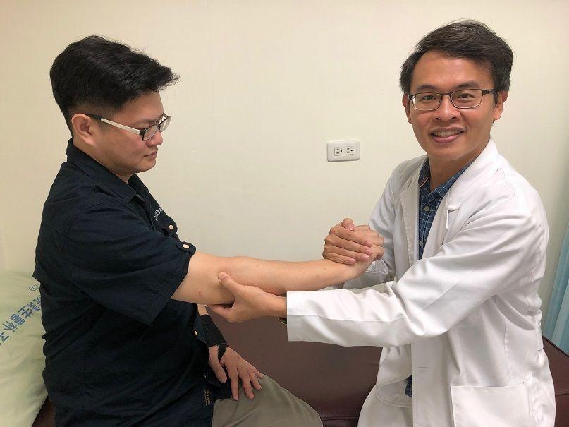 衛福部朴子醫院復健科醫師羅嘉元(右)提供緩解網球肘帶來疼痛。圖/朴子醫院提供