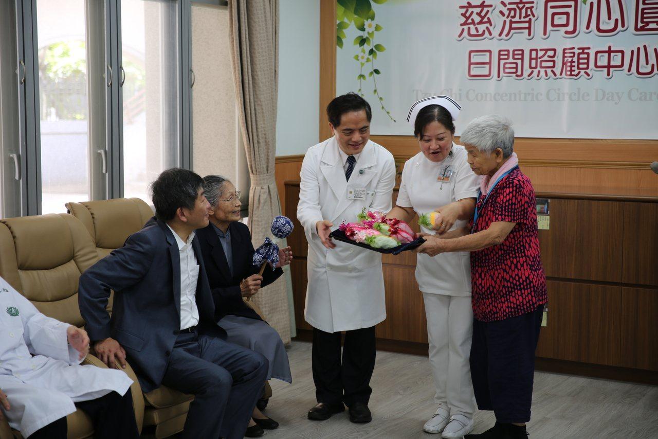 陳時中(左一)出席「慈濟同心圓日照中心啟用典禮」,他期待慈濟以高齡醫學為基礎,布...
