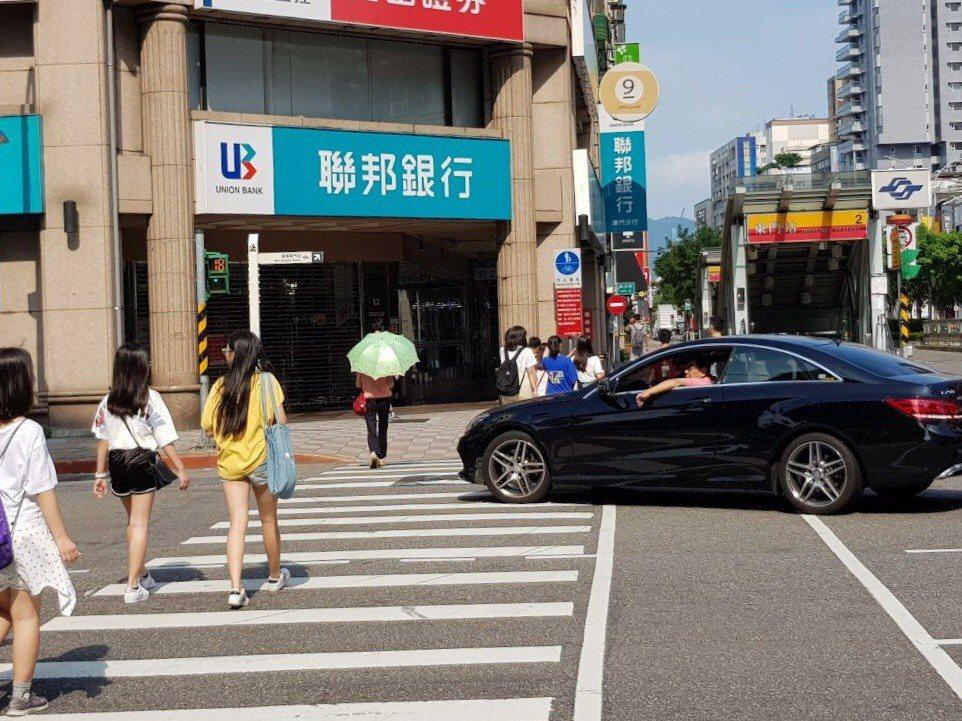 車輛進入斑馬線後,車體前端左右距離行人3公尺範圍內就算違規,違規者可處1200至...