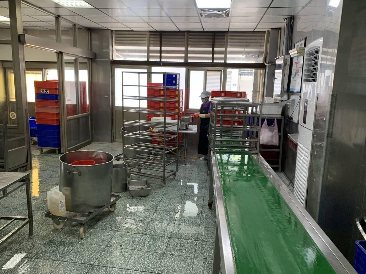 台南市衛生局今天前往供應南大附中團膳的業者廚房檢查。圖/衛生局提供