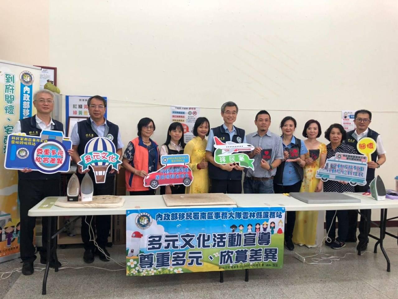 移民署副署長梁國輝(右六)等人今天到雲林訪視與關懷新住民。圖/移民署提供