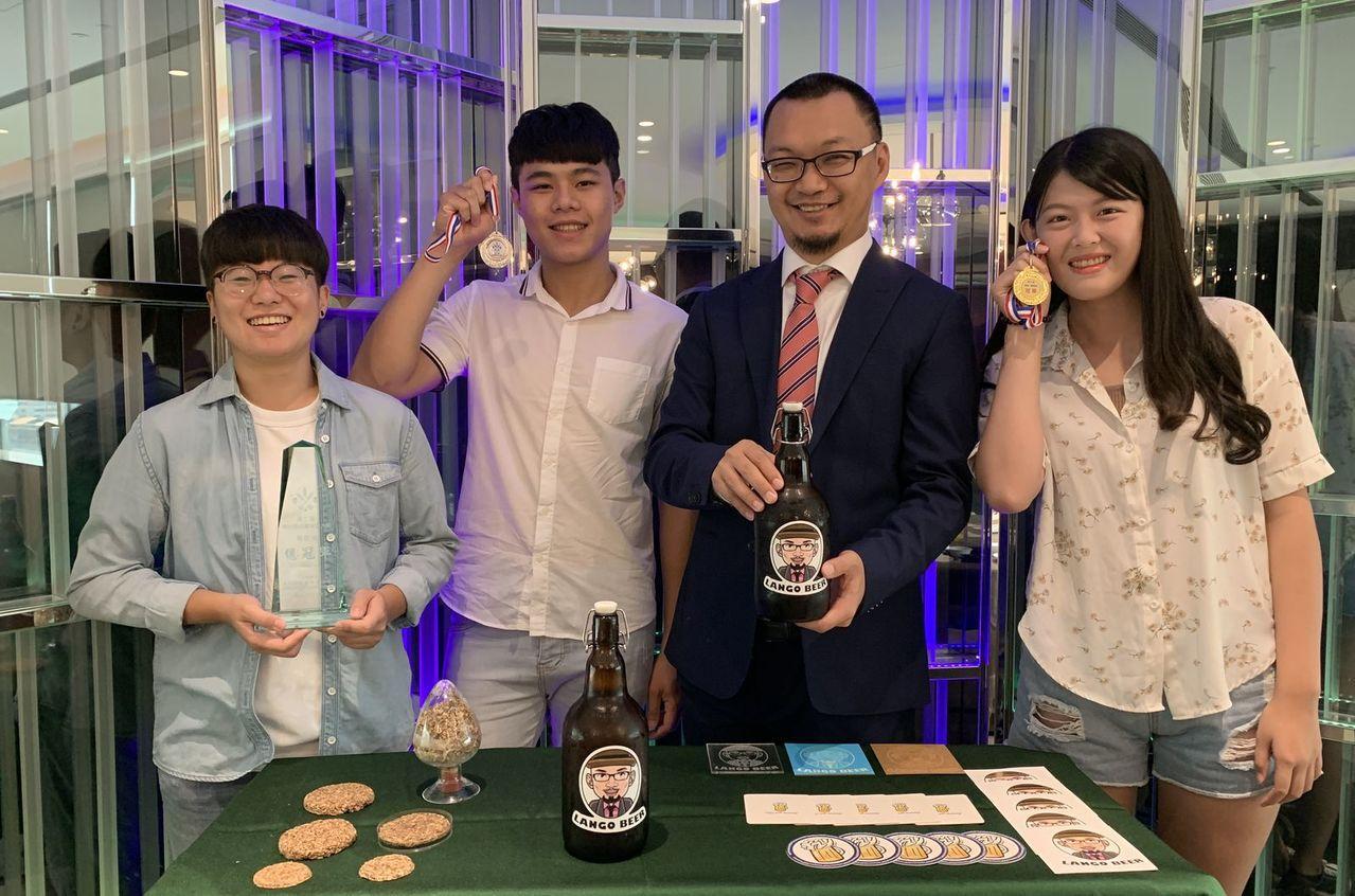 元智化材系教授藍祺偉(右二)開辦創客課程,帶領學生研發精釀啤酒Lango Cra...
