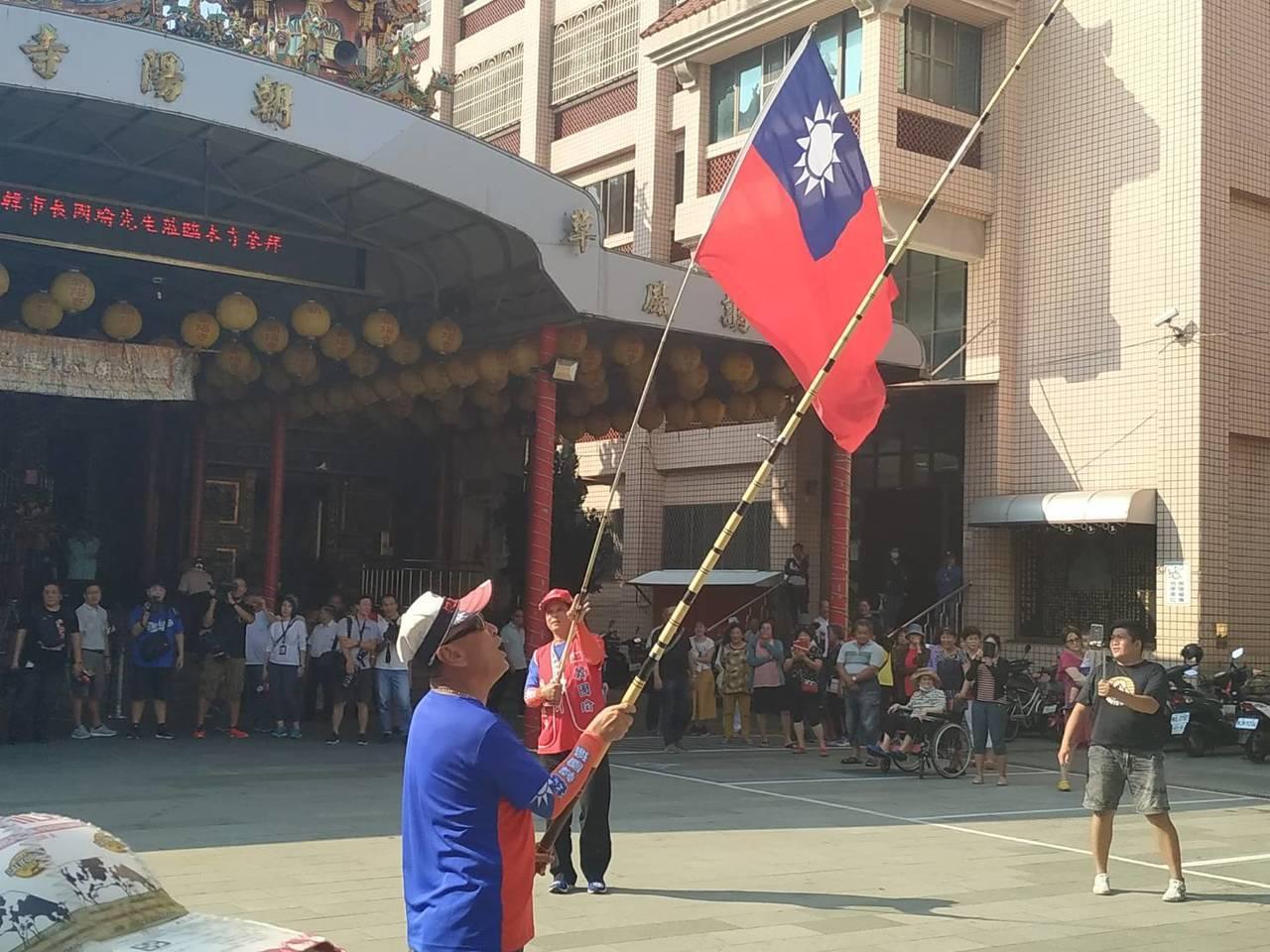 高雄市長韓國瑜請益之旅,今下午到前鎮朝陽寺參拜,韓到場前就有大批身著國旗裝的民眾...