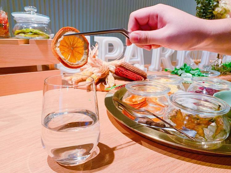 冰涼氣泡水加入果乾,風味更多元。記者徐力剛/攝影
