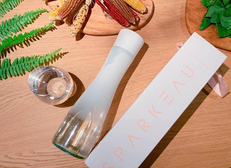 全新「SPARKEAU氣泡水」為消費者找回生活品味,建議售價150元/單瓶。記者...
