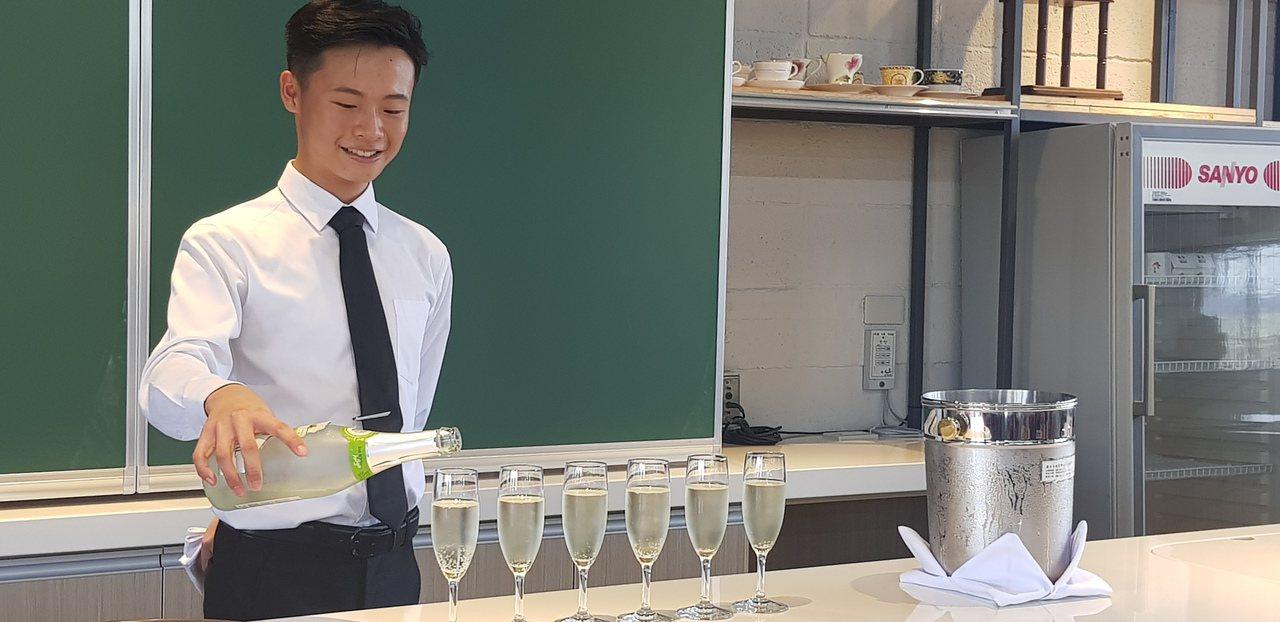 台南家齊高中餐飲科蔡柏毅拿下今年俄羅斯國際大賽銀牌。記者修瑞瑩/攝影
