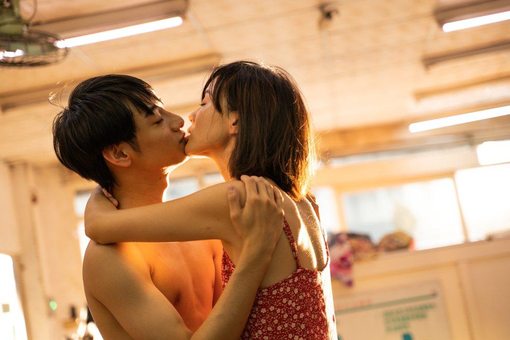 鍾瑶(右)與劉修甫在MV中有激烈吻戲。圖/艾格普蘭特艾格提供