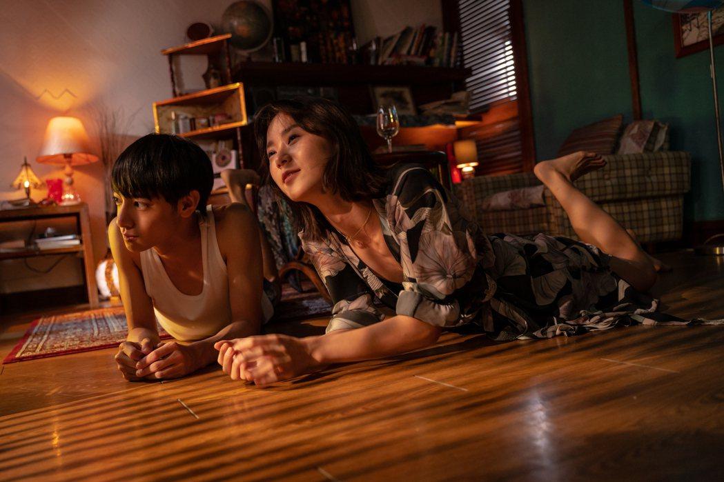 鍾瑶(右)與劉修甫詮釋羞澀唯美的青春戀曲。圖/艾格普蘭特艾格提供