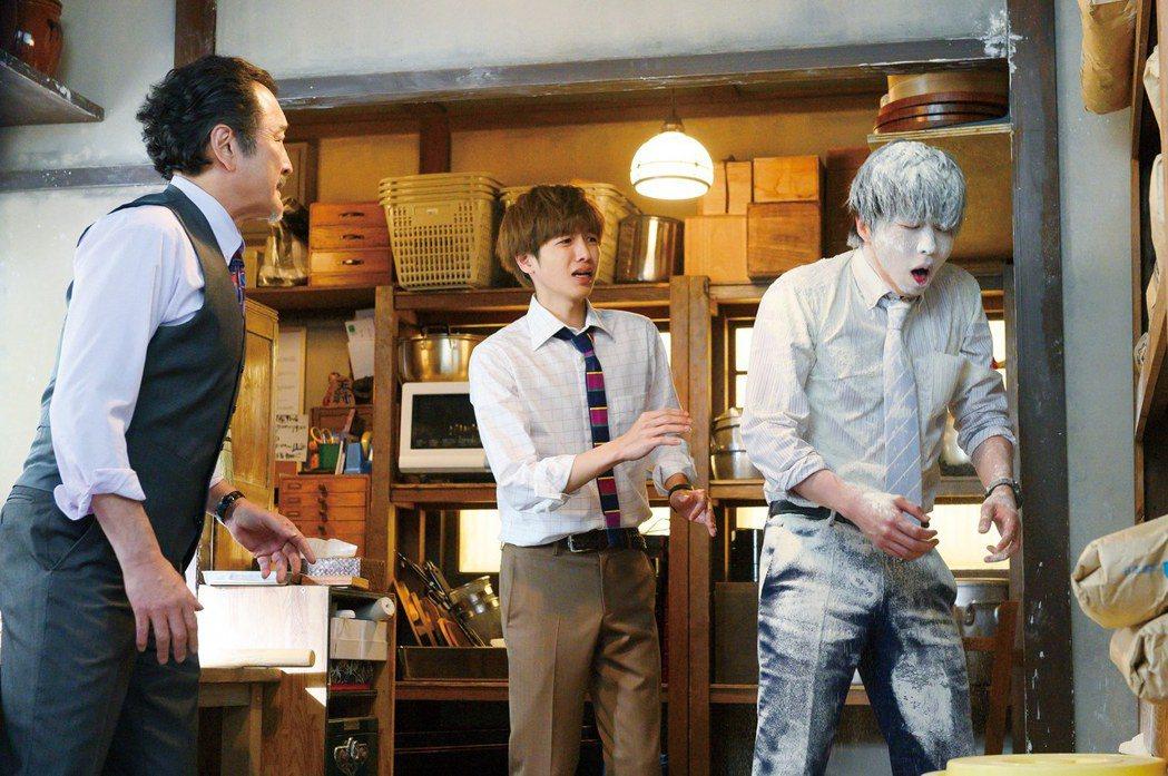 吉田鋼太郎(左)在烏龍麵店的爆笑表演,讓田中圭(右)慘遭麵粉灑全身,中為志尊淳。...