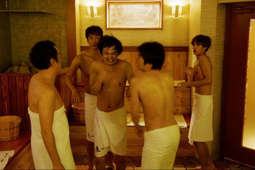 片中三溫暖裸身大亂鬥引起討論。圖/采昌提供