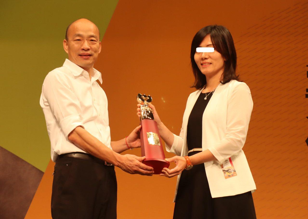 高雄市長韓國瑜頒發特殊優良教育人員獎座,女園長微笑受獎。記者徐如宜/攝影