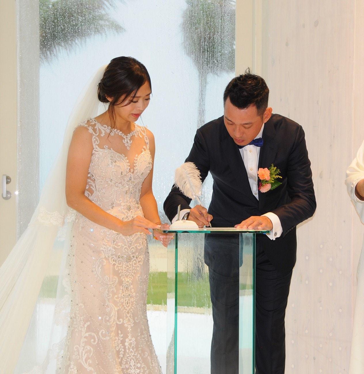 新北市正妹議員鄭宇恩(左起)近期傳出喜訊,上周飛往日本沖繩與非政治圈的陳先生完成...