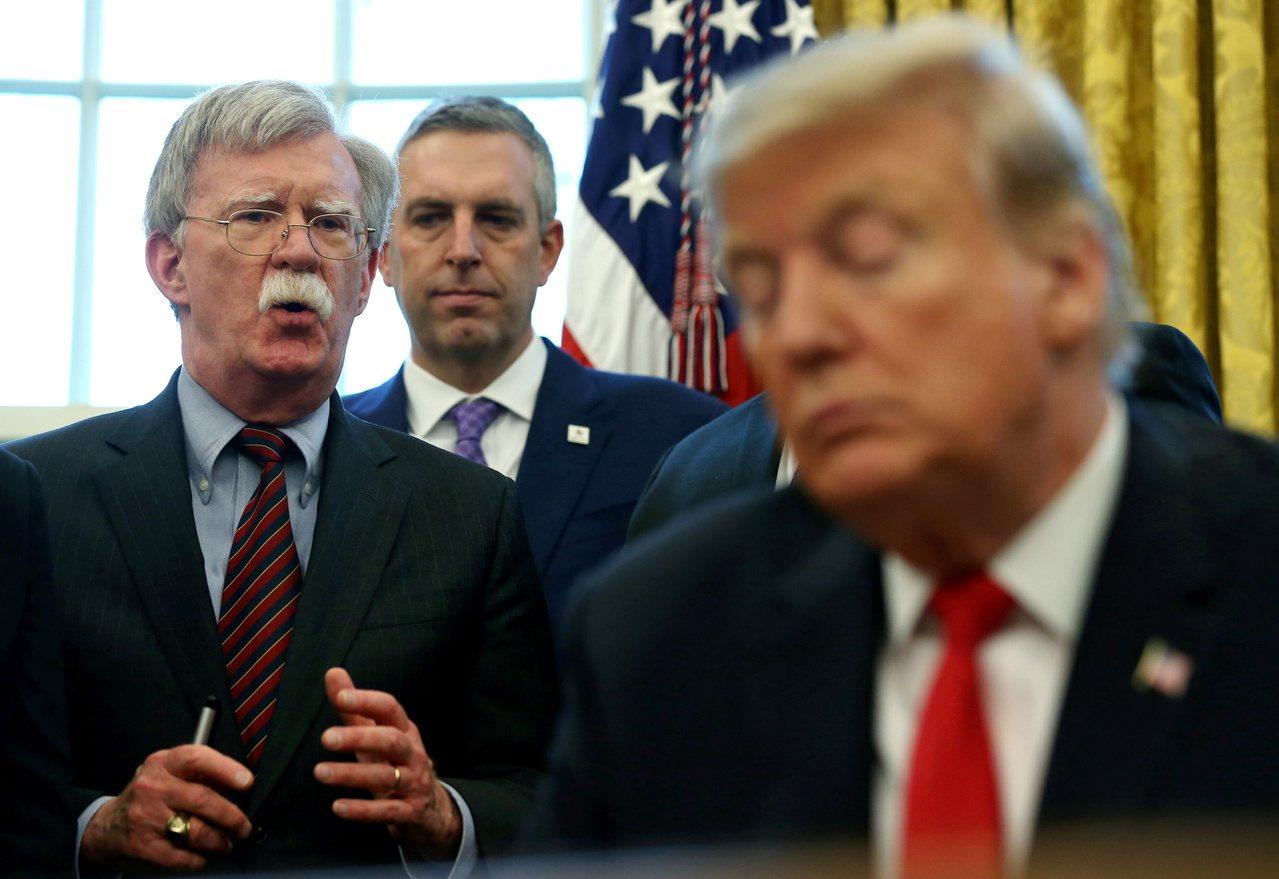 美國總統川普(右)先前曾表示與國家安全顧問波頓(左)多處意見不合。路透