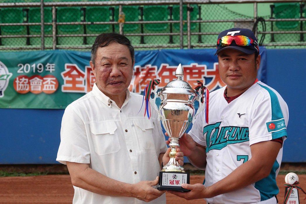 台中台壽保隊在協會盃冠軍戰以5:4擊敗新北市隊,由鄭達鴻(右)代表領取冠軍盃。記