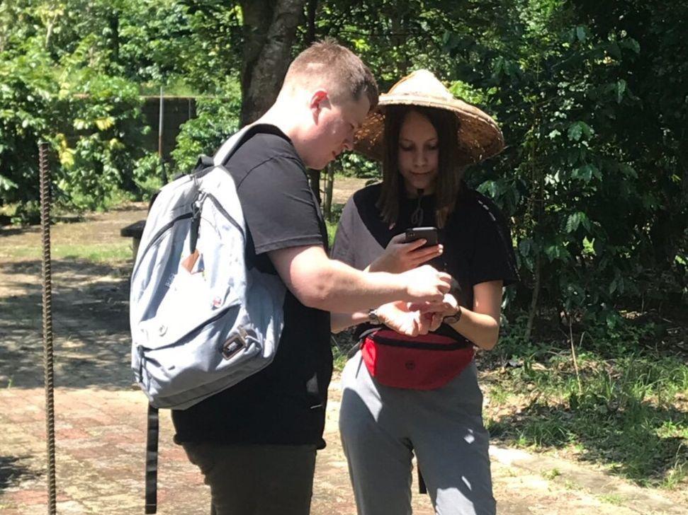 世界咖啡烘焙大賽冠軍Vladimir Nenashev(左)與女友赴國姓咖啡園瞭...