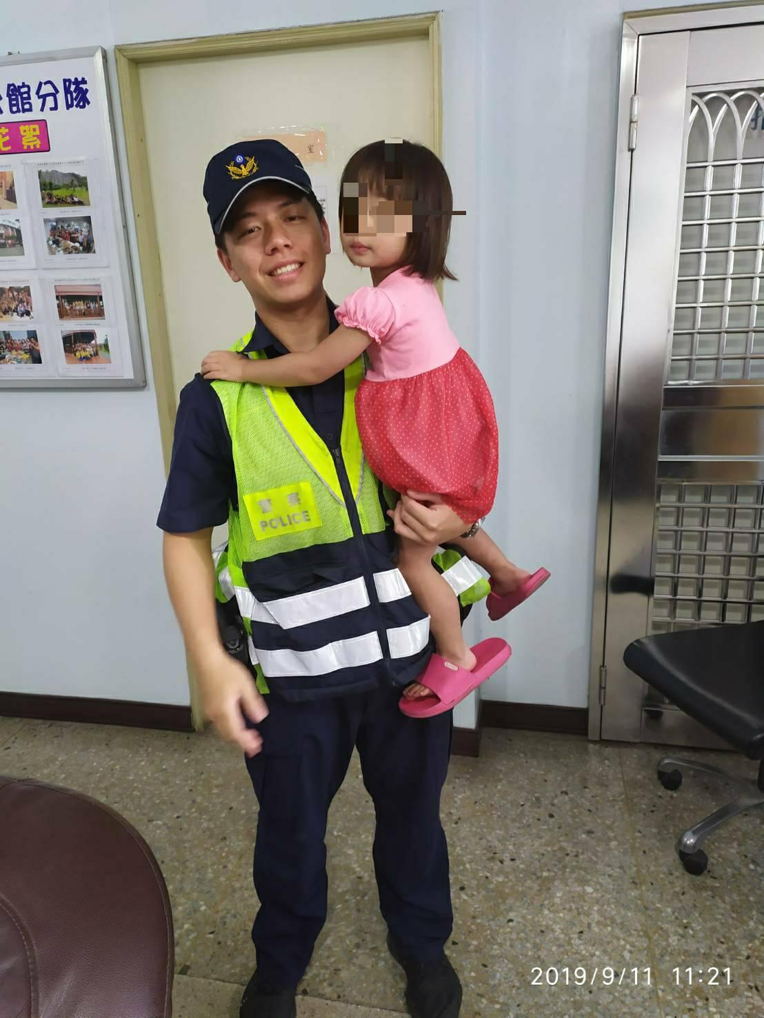 苗栗警察分局公館分駐所警員邱晟翔今天協助迷路2歲女童回家,女童家人相當感謝。圖/...