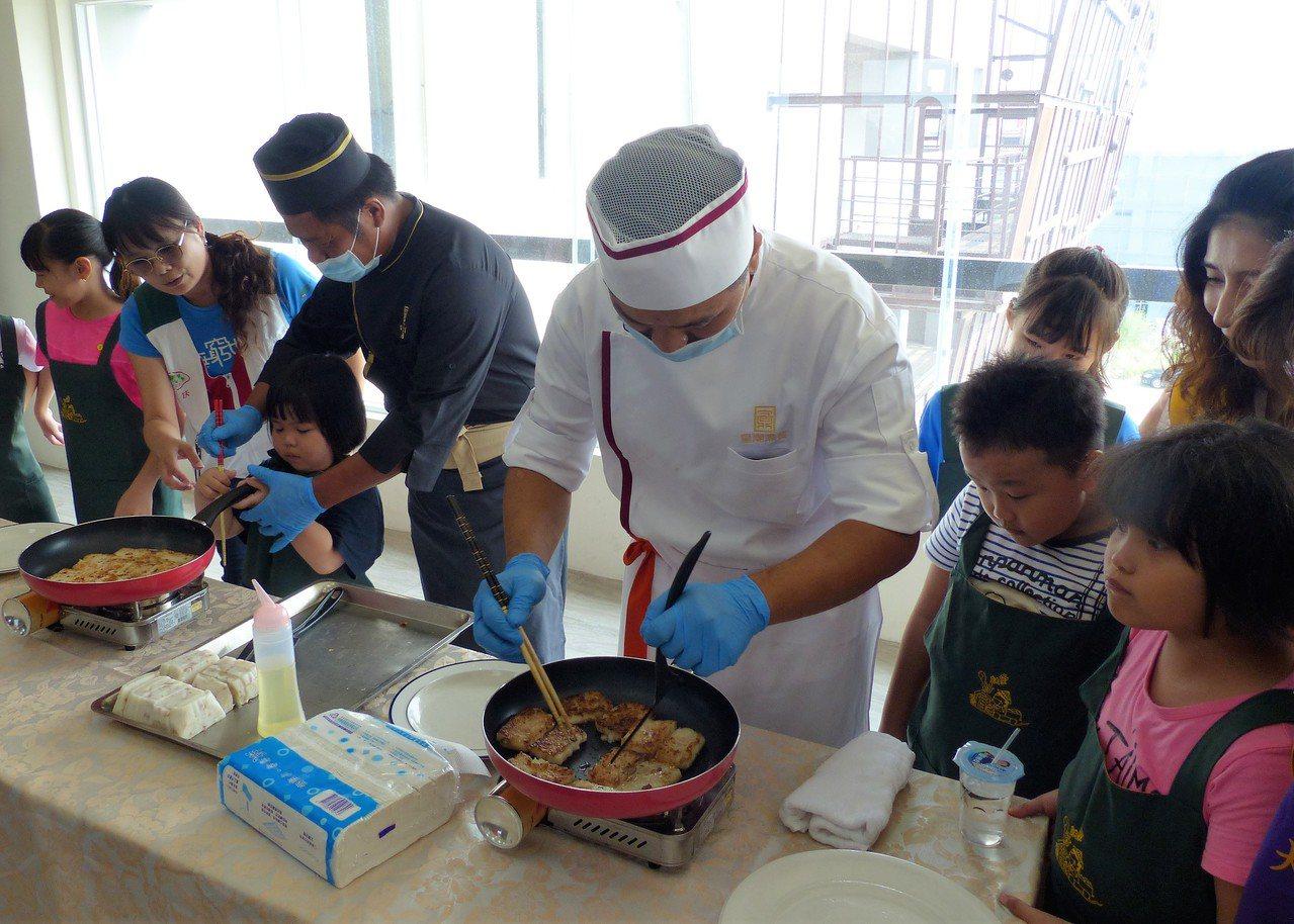 「皇潮鼎宴」大廚親臨員林家扶中心,帶著家扶兒童一起煎蘿蔔糕。記者凌筠婷/攝影