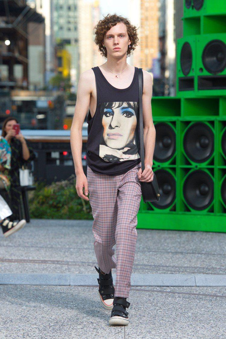 普普藝術家理查德.伯恩斯坦曾創作的芭芭拉史翠珊肖像也出現在服裝上。圖/COACH...