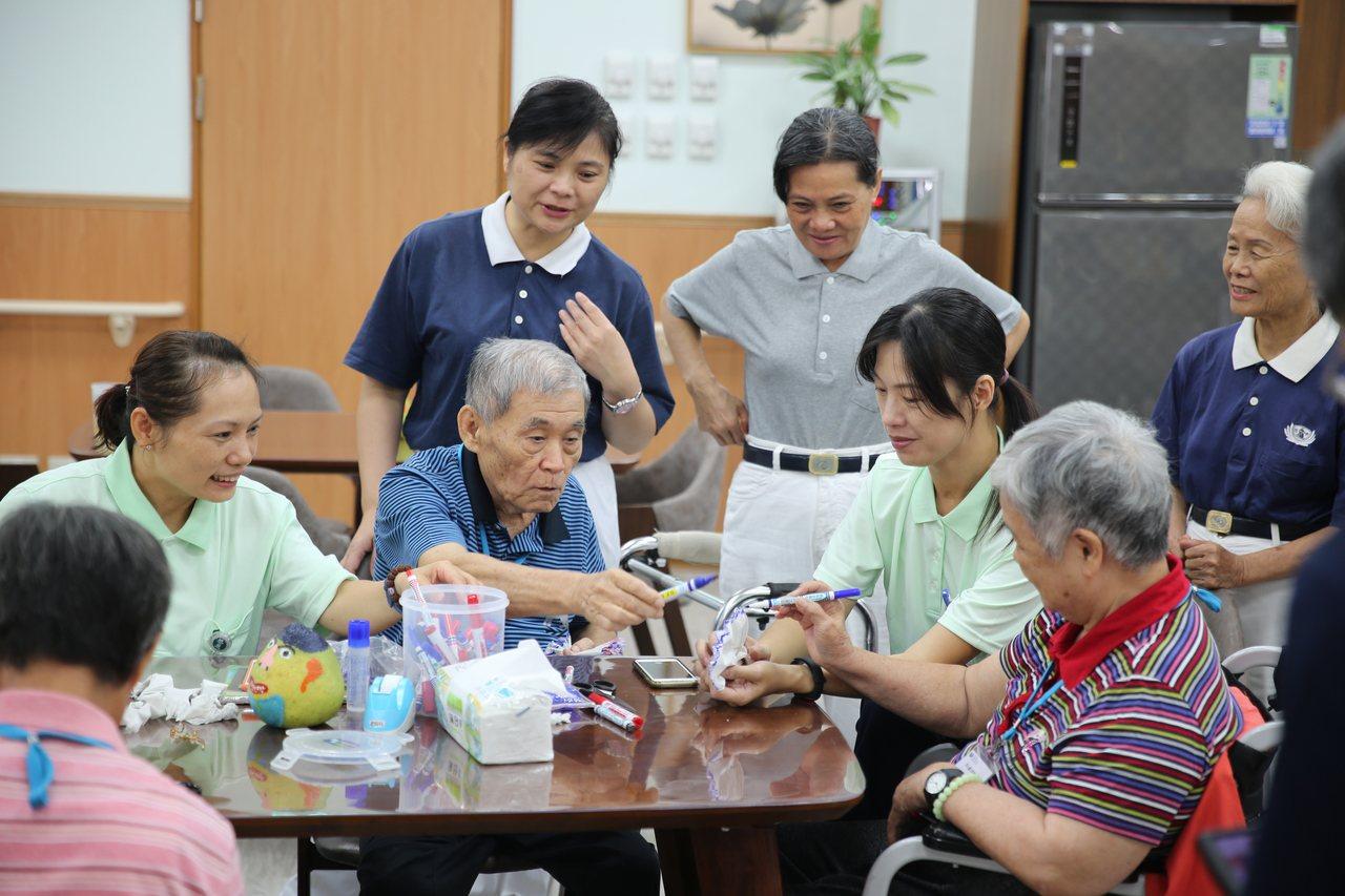 長者在慈濟同心圓日照中心裡,得到照護人員及慈濟志工細心照顧。圖/花蓮慈濟醫院提供