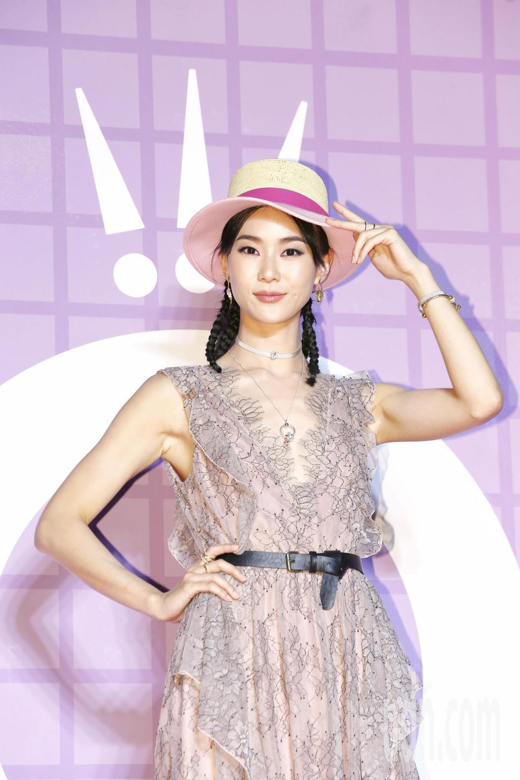 丹麥珠寶品牌Pandora推出粉紅浪潮,並請來藝人代言,鍾謡認為,珠寶不該是男人...