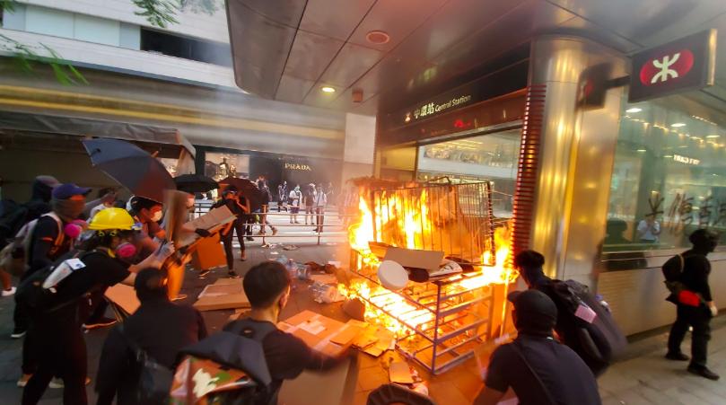 港鐵近月成為示威者破壞衝擊對象,圖為八日在中環站遭民眾縱火。圖/取自星島網