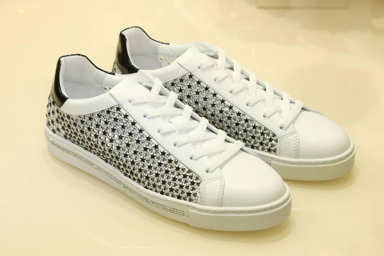 Xtra星型水晶鑲嵌運動鞋,售價40,000元。記者陳立凱/攝影