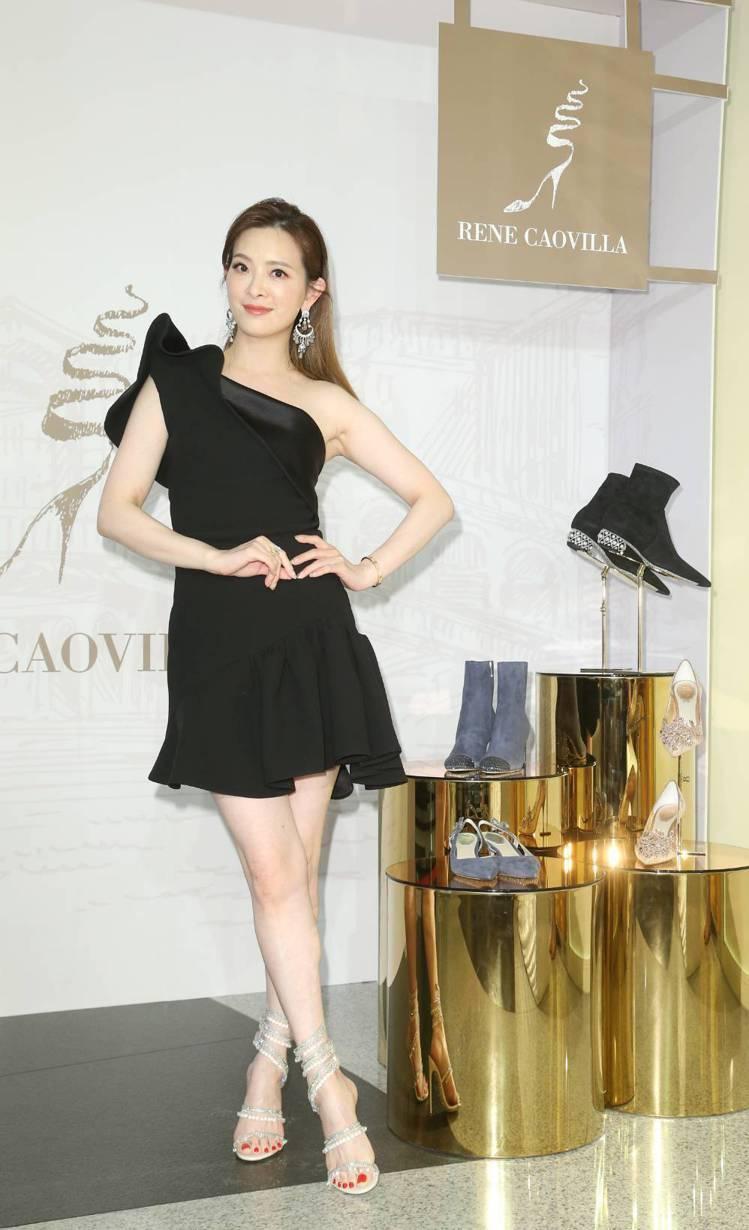 劉真詮釋暱稱「水晶燈」的Cleo Chandelier Sandal鞋履,售價5...