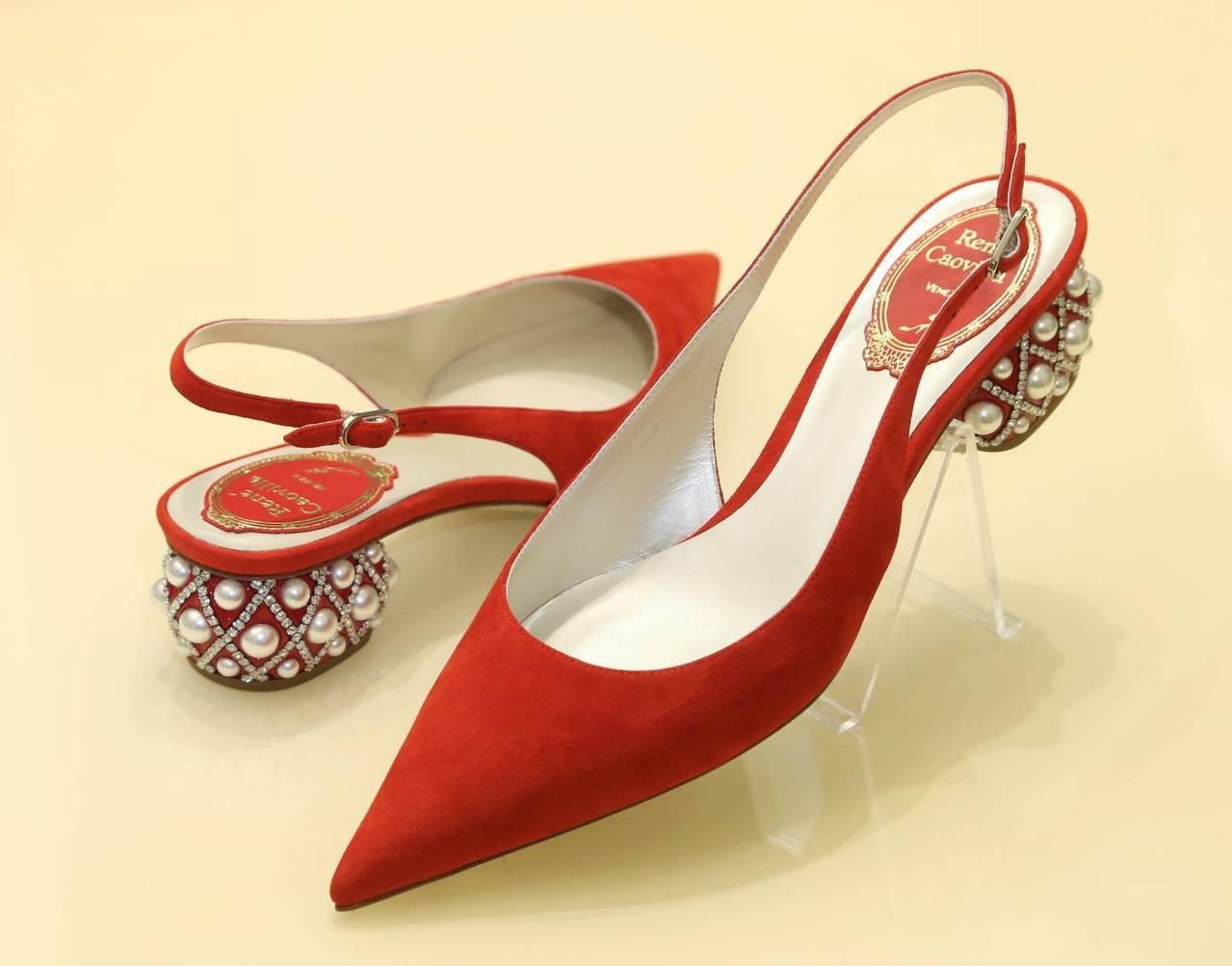 Lady Perla紅色麂皮鞋,售價36,000元。記者陳立凱/攝影
