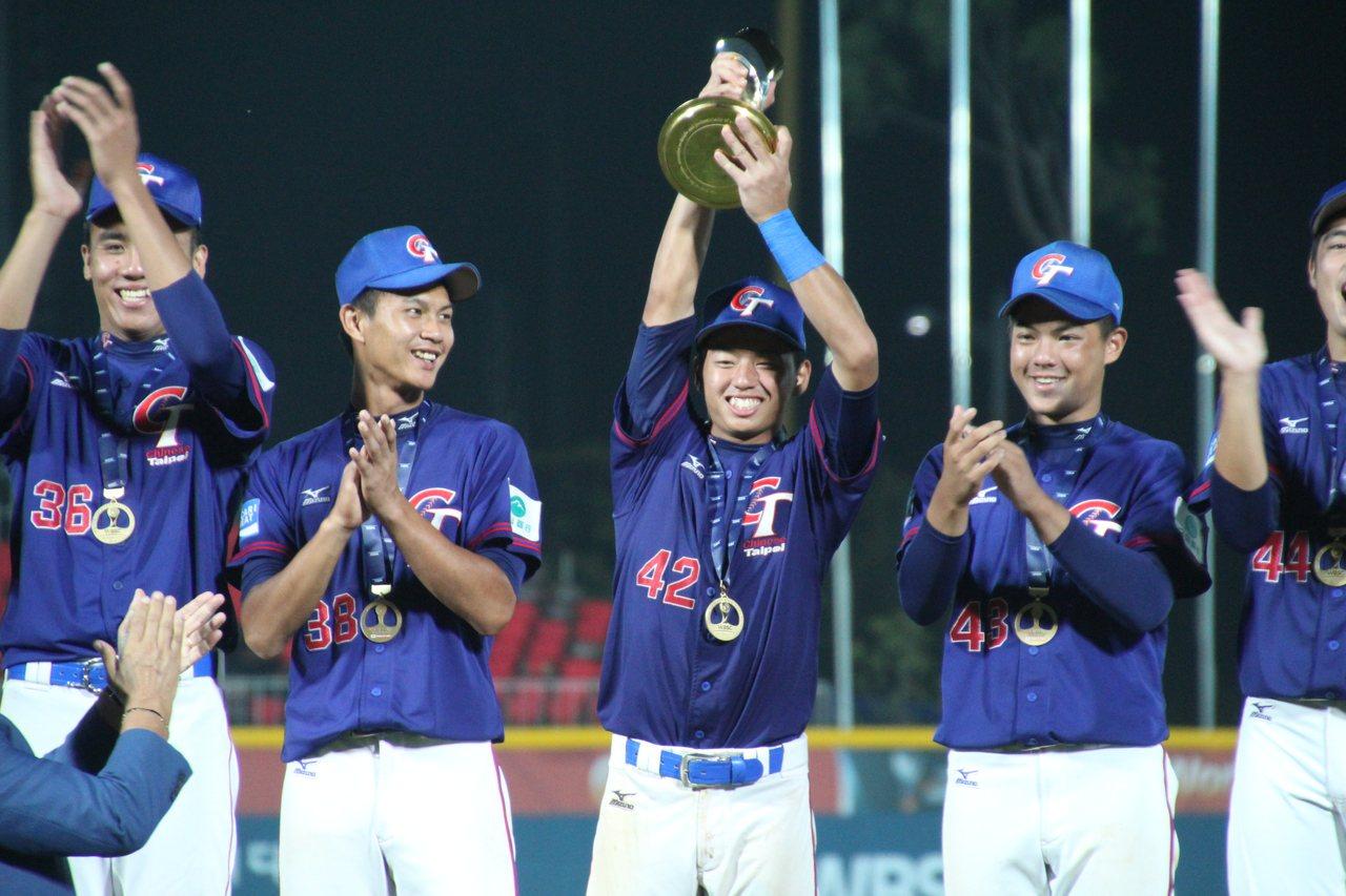 U18中華隊隊長鄭宗哲高捧冠軍獎盃。記者葉姵妤/攝影