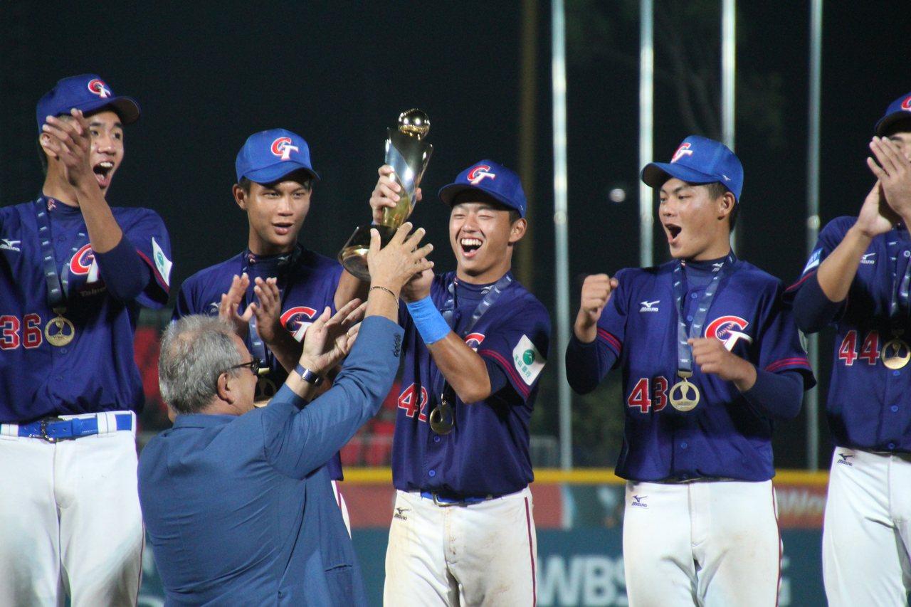 U18中華隊隊長鄭宗哲接下冠軍獎盃。記者葉姵妤/攝影