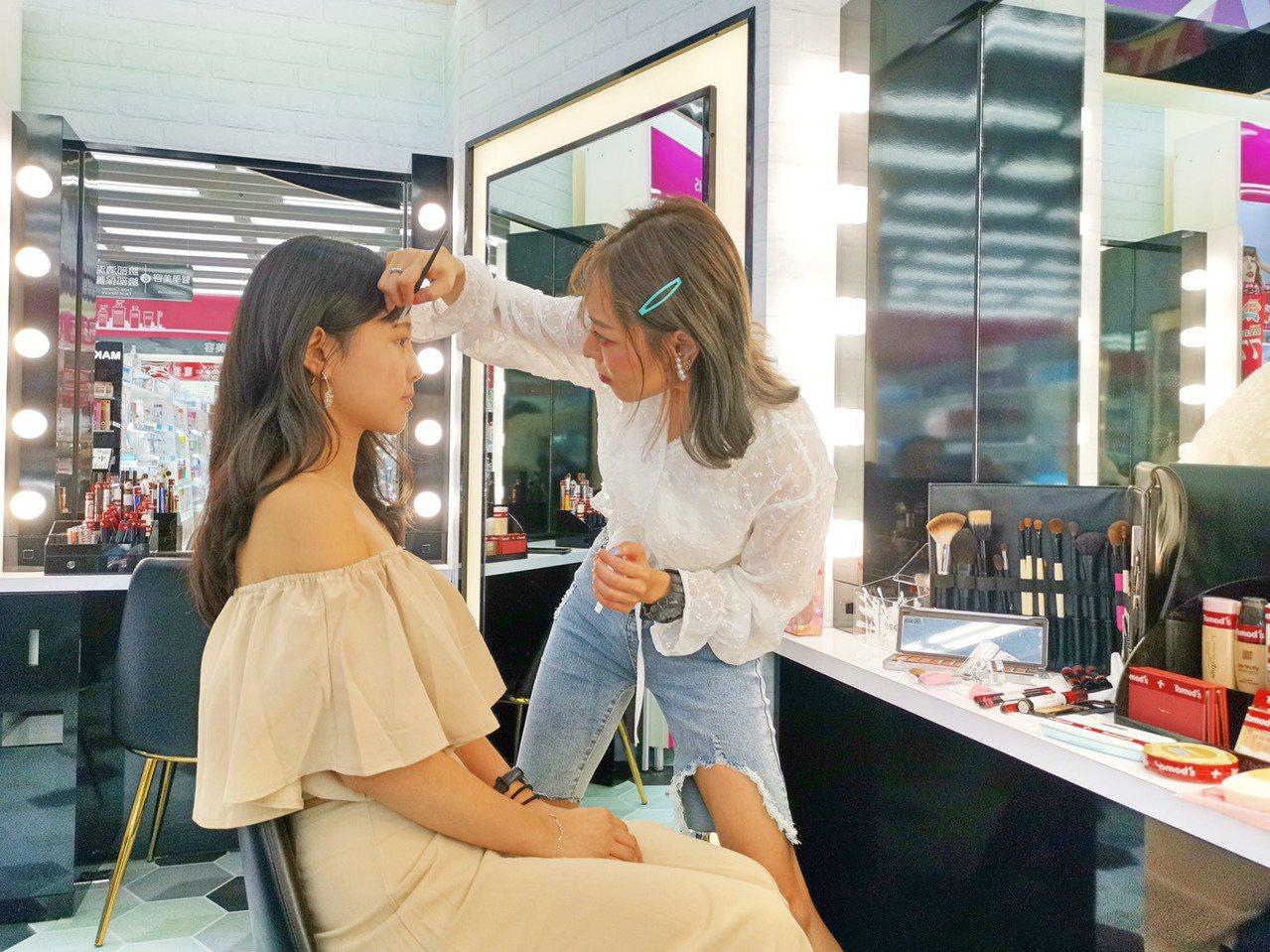 Tomod's台北ATT 4 FUN門市獨家設置Make up bar試妝區,並...