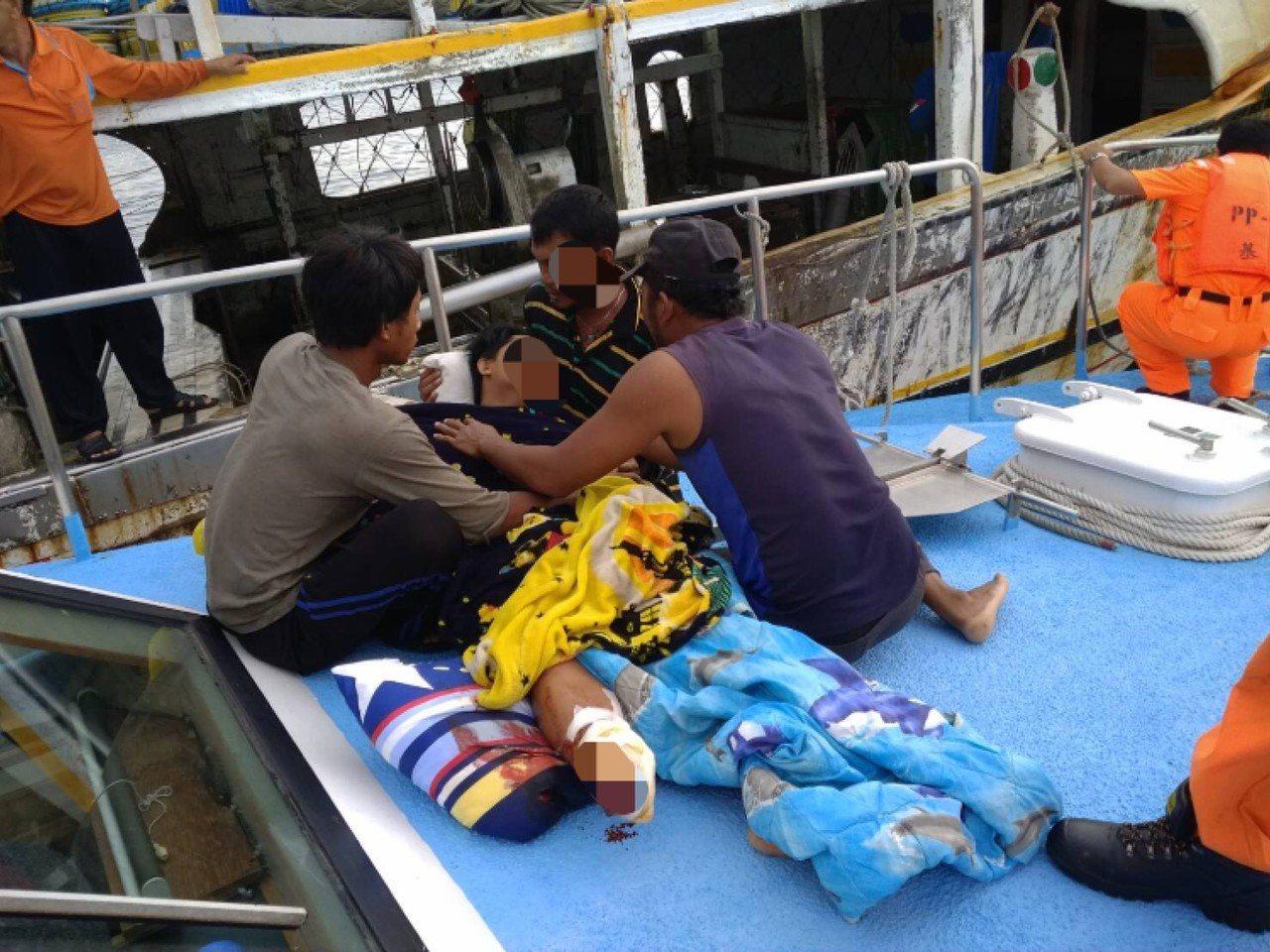 澎湖籍漁船因作業「出槌」,一名印尼籍漁工被繩索絞斷右小腿,斷肢並落海。圖/澎湖海...