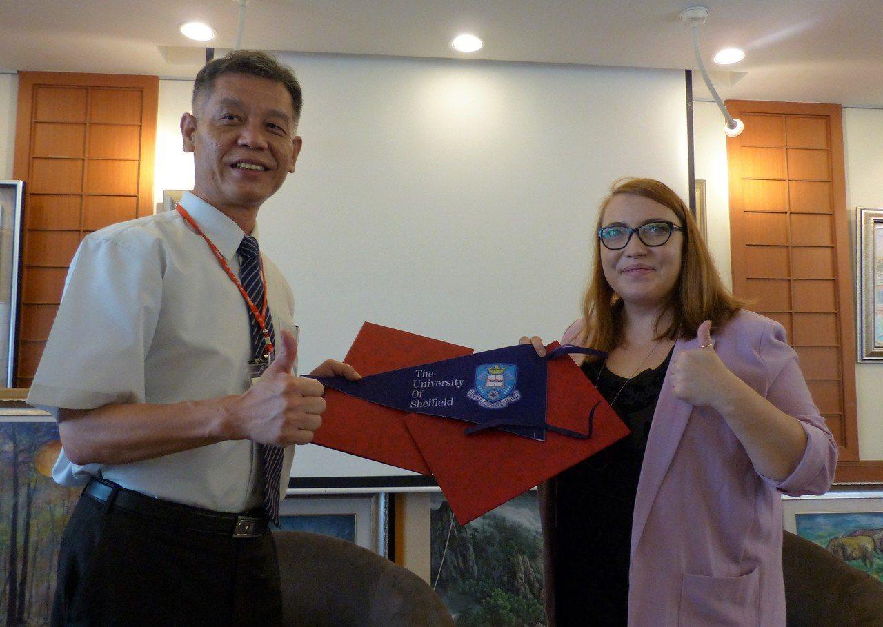 員林高中校長游源忠(左)與英國雪菲爾大學全球招生總監凱特(右)簽定合作備忘錄,未...