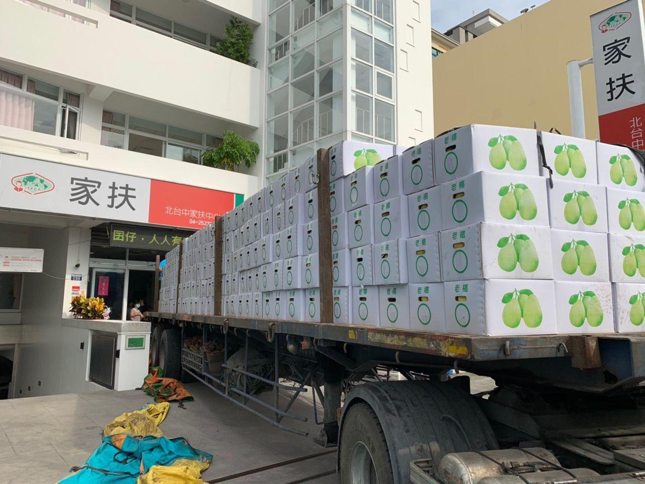 一名不願具名的花蓮善心人士,昨天捐贈800箱柚子給北台中家扶中心。圖/北台中家扶...