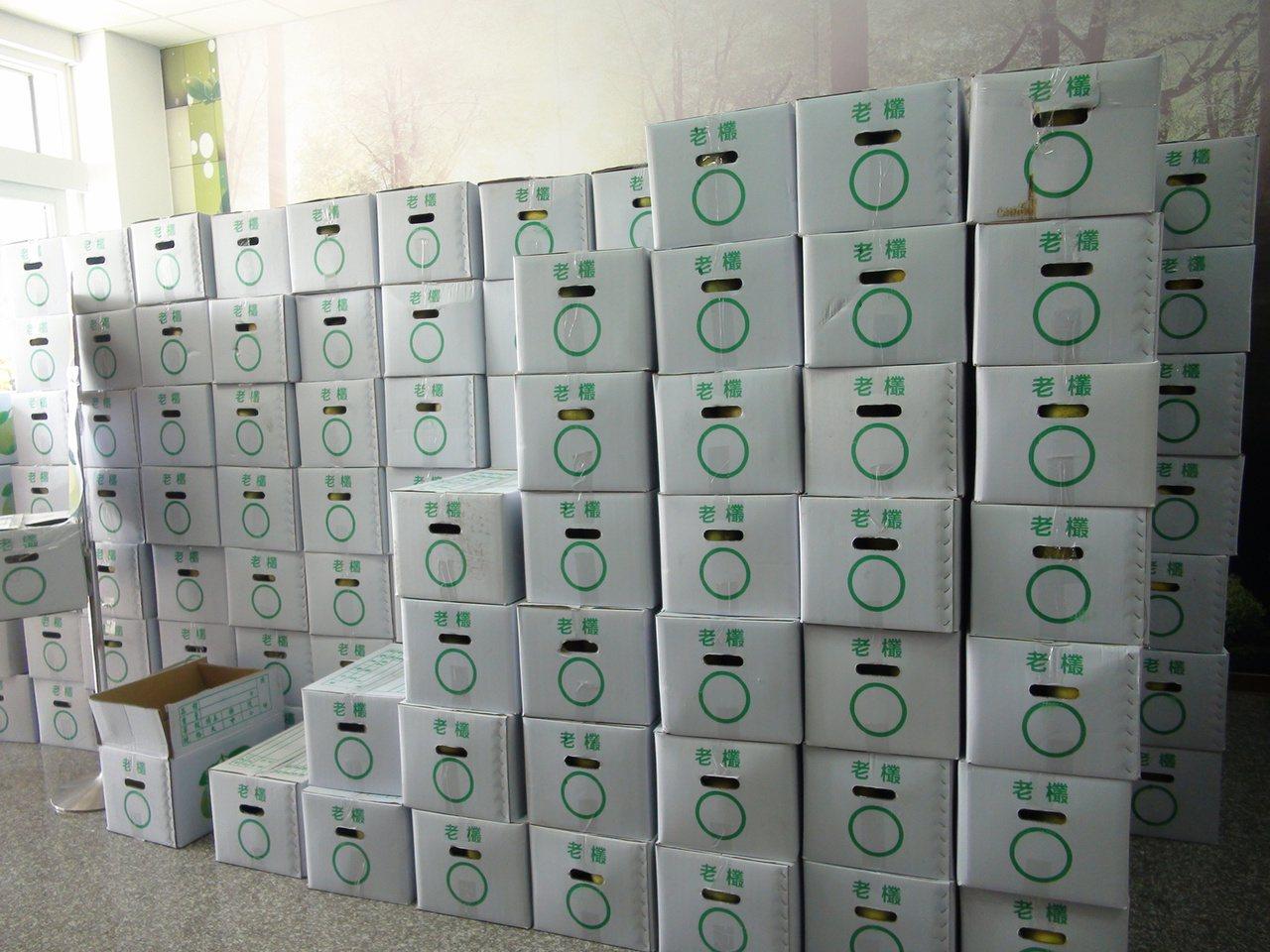 一名不願具名的花蓮善心人士,昨天捐贈800箱柚子給北台中家扶中心,場面壯觀。記者...