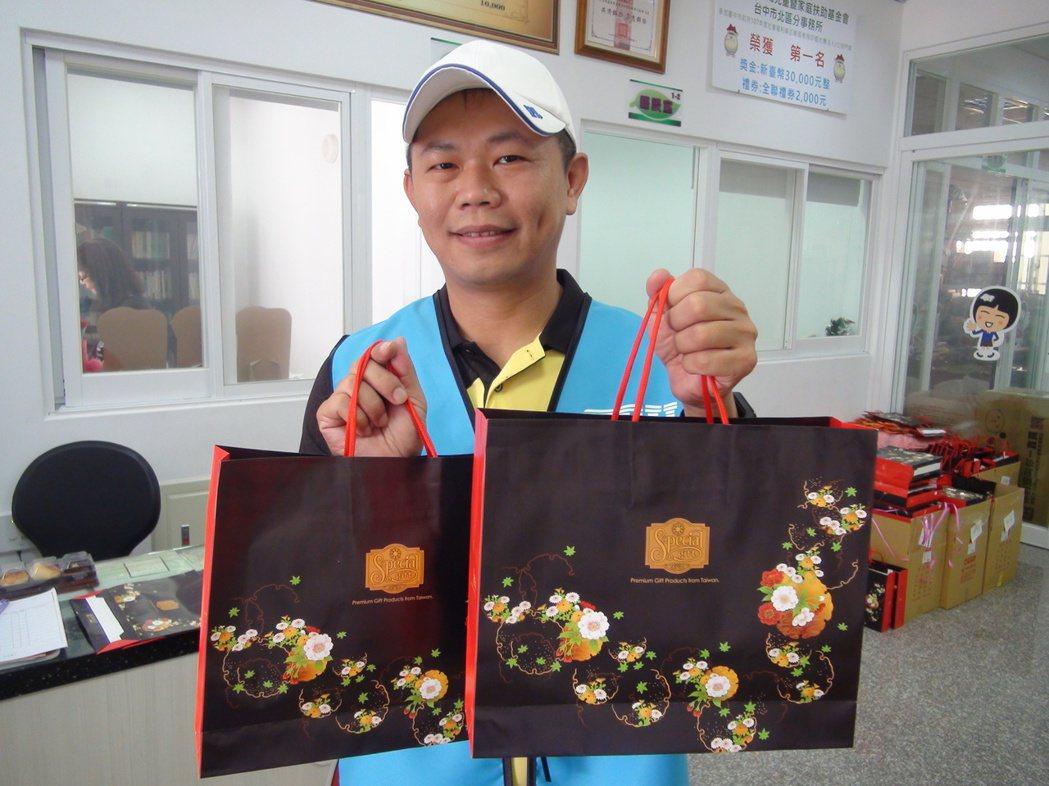 台中潭子矽品公司員工劉旻杰連續5年集資捐贈月餅給北台中家扶中心。記者余采瀅/攝影