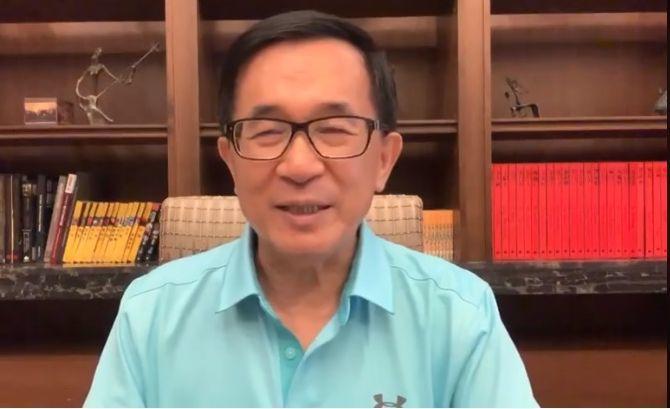 誰是總統候選人的最佳副手搭檔?前總統陳水扁今天在臉書為藍綠白配好最佳組合。圖/翻...